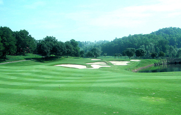 green way view with challenging bunkers at faldo course mission hills, guangdong china